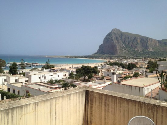 Hotel / Villaggio Cala Mancina: Vista della baia di San Vito Lo Capo dalla terrazza del bilocale H6