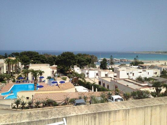 Hotel / Villaggio Cala Mancina: Vista della baia del villaggio e della piscina dalla terrazza del bilocale H6