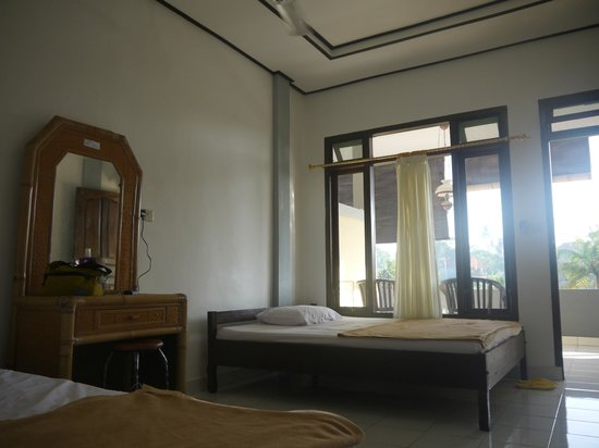 Brata Home Stay II: one single bed and one double bed in room , with nice rice field view