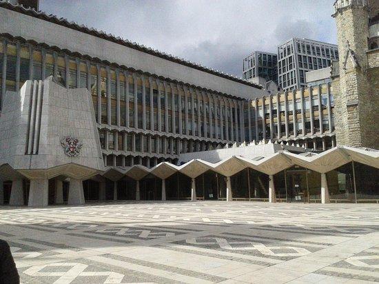 Guildhall: El acceso (a la izquierda)