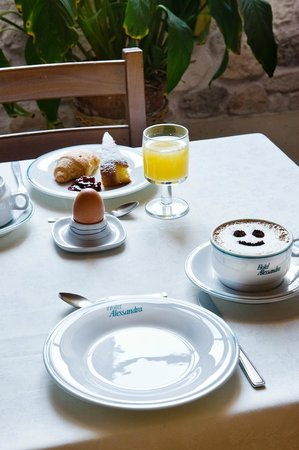 Hotel Alessandra: Breakfast is served