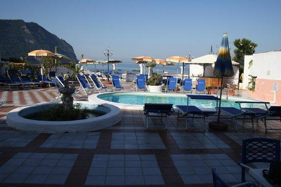 Hotel Riva del Sole: Poolbereich/Terrasse