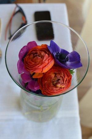 Xcelsus: Живые цветы на столике для завтрака