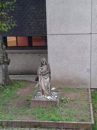 Parc Plaza Hotel Luxembourg : Statue in the hotel garden