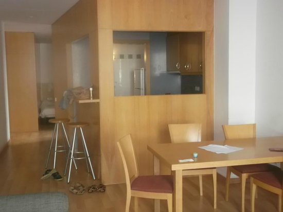 MH Apartments Opera Rambla: Dining area and breakfast bar
