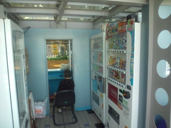 Kotehashi Onsui Pool: 売店裏には自動販売機コーナーがあります。
