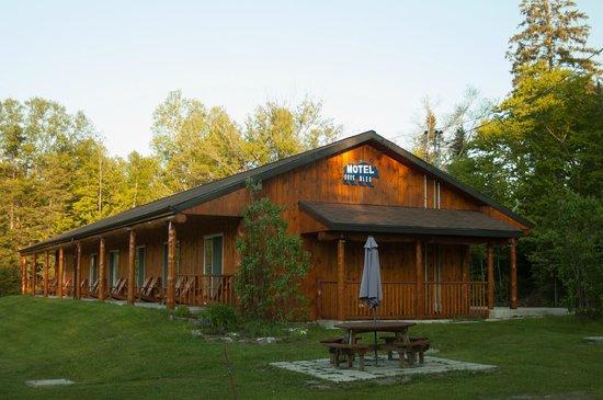 Motel Ours Bleu : Les chambre ont toutes vues sur le lac