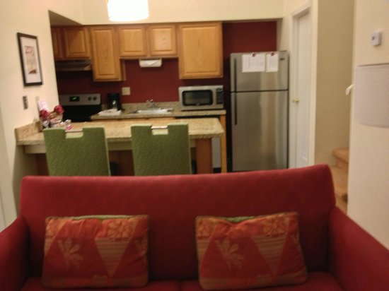 Residence Inn Denver Tech Center: View of kitchen with seating