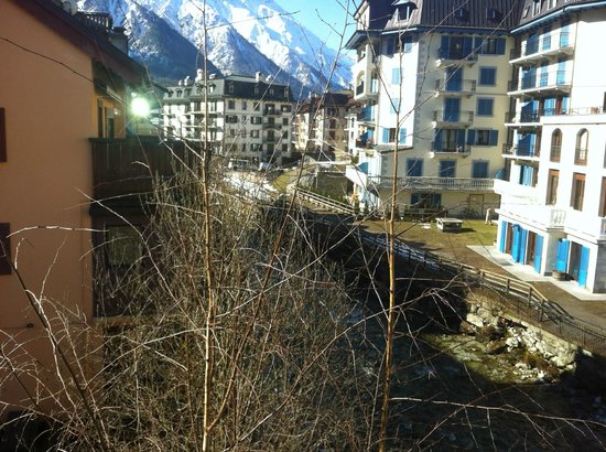 Hotel la Vallee Blanche: View of the stream from outside my window!