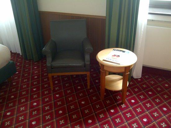 Platzl Hotel : fauteuil table