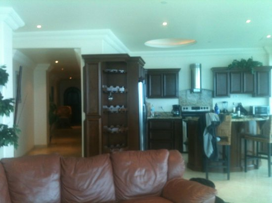 Las Olas Resort & Spa: Towards kitchen