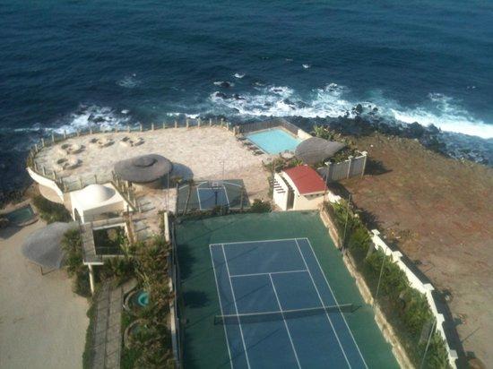 Las Olas Resort & Spa: grounds/tennis court