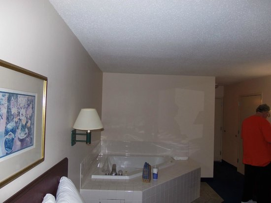 Red Roof Inn: King bed w hot tub