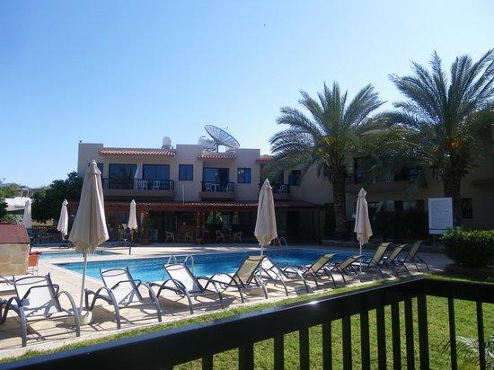 Hadjiantoni Anna Hotel Apartments: View of Pool and bar area