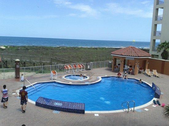 La Copa Inn Beach Hotel: Pool area and walkway leading down to the beach