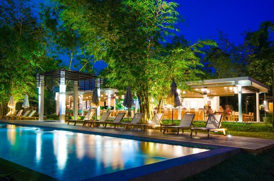 The Mangrove Panwa Phuket Resort: Restaurant at night