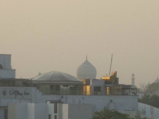 Hotel Pushp Villa: View of the Taj Mahal from the restaurant terrace