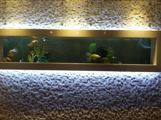 Le Parc Hotel: Lobby fish tank