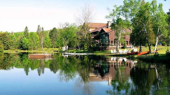 Grail Springs Retreat: Lovely setting on Chalice Lake