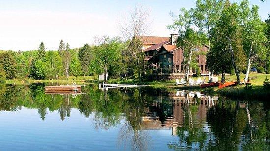 Grail Springs: Lovely setting on Chalice Lake