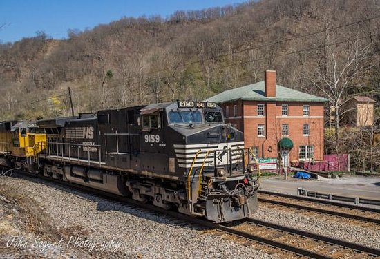 Landgraff, Virginia Occidental: Train passing by the Inn