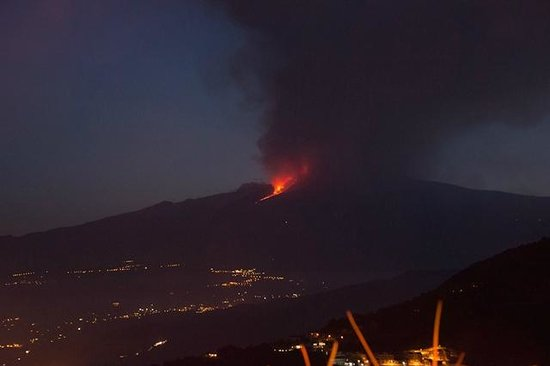 Hotel Villa Ducale: Mount Etna eruption 27 April 2013 - View from Villa Ducale