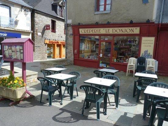 Saint-Aubin-du-Cormier, Frankrike: La crêperie et sa terrasse