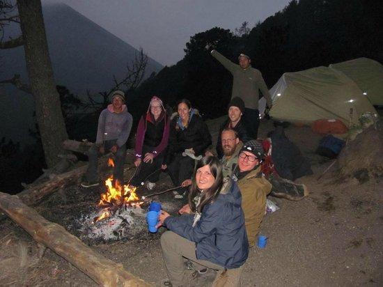 Acatenango Volcano: grupo con vista de volcan de fuego