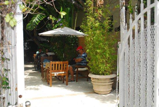 Villa Paradiso: Courtyard