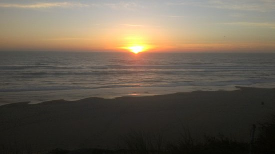 Starfish Manor Oceanfront Hotel: The view from our back patio, a perfect Oregon sunset