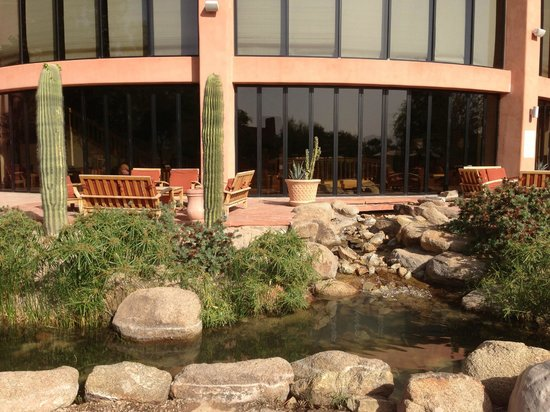 Sheraton Grand at Wild Horse Pass: Lobby patio