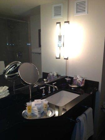 The Ellis Hotel: Nice bathroom with Makeup Mirror