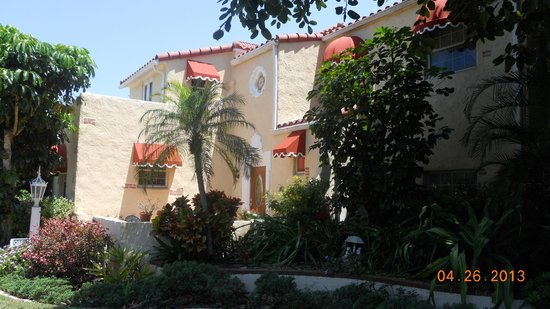 Banyan House Vacation Rentals: Front where door to the office is located.
