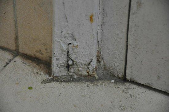 Sinclairs Darjeeling : rusty bathroom door with dirty floor