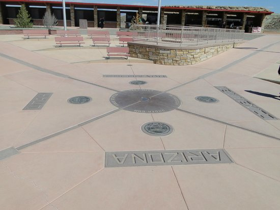 Four Corners Monument: Central plaque, craft stalls and platform
