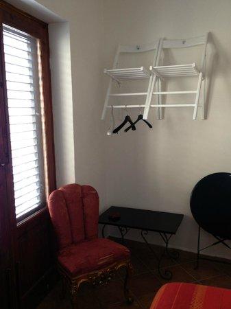 La Finestra sul Mercato B&B: l'armadio di una delle due camere realizzato con delle sedie pieghevoli appese a muro
