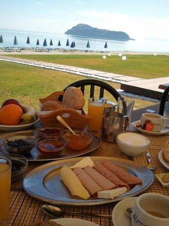Santa Helena Village: Breakfast looking out to sea