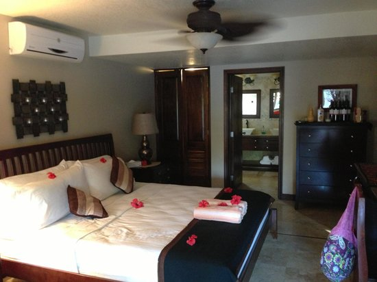 Caribbean Shores Bed & Breakfast: Inside our room as we arrived