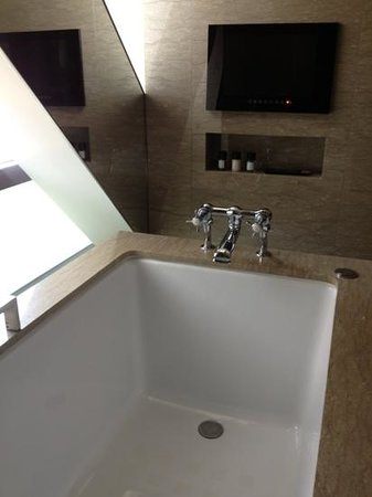 Les Suites Orient, Bund Shanghai: Bath with views