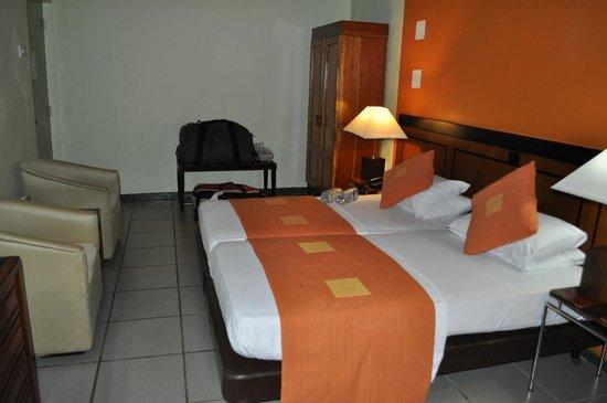 Giritale Hotel: chambre (sous sol)