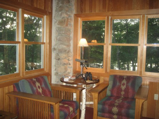 Xanadu Island Bed & Breakfast and Resort: Enjoy a conversation while overlooking the lake