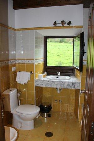 Hotel el Quintanal: Bathroom with view