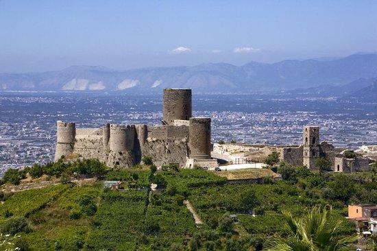 Grand Hotel Meridiana Lettere: castello medievale di Lettere