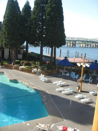 Red Lion Hotel on the River - Jantzen Beach: Pool next to river
