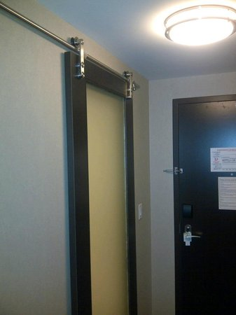 Holiday Inn Hotel & Suites Saskatoon Downtown: Barndoor-style bathroom door.