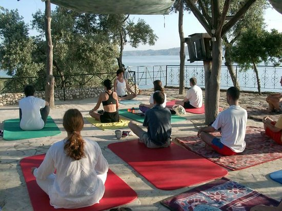 Hotel Silva Oliva: Yoga with view on Lake Bafa