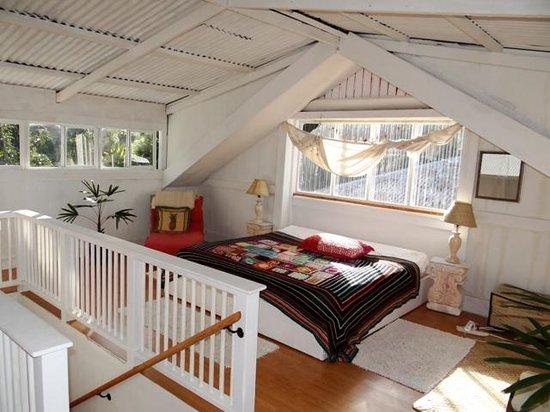 The Lotus Garden Hilo: Cal King Bed in Attic Room of Sugar Shack
