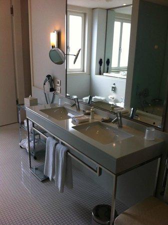 Villa Kennedy: Onze ruime badkamer