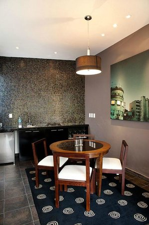 The Red Tree House: Dining room and kitchenette in Lafayette suite