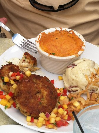 Rumba Island Bar & Grill: Crab cakes and Mac & cheese